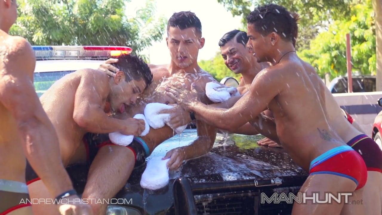 gay mặc quần sịp khoe hàng rửa xe